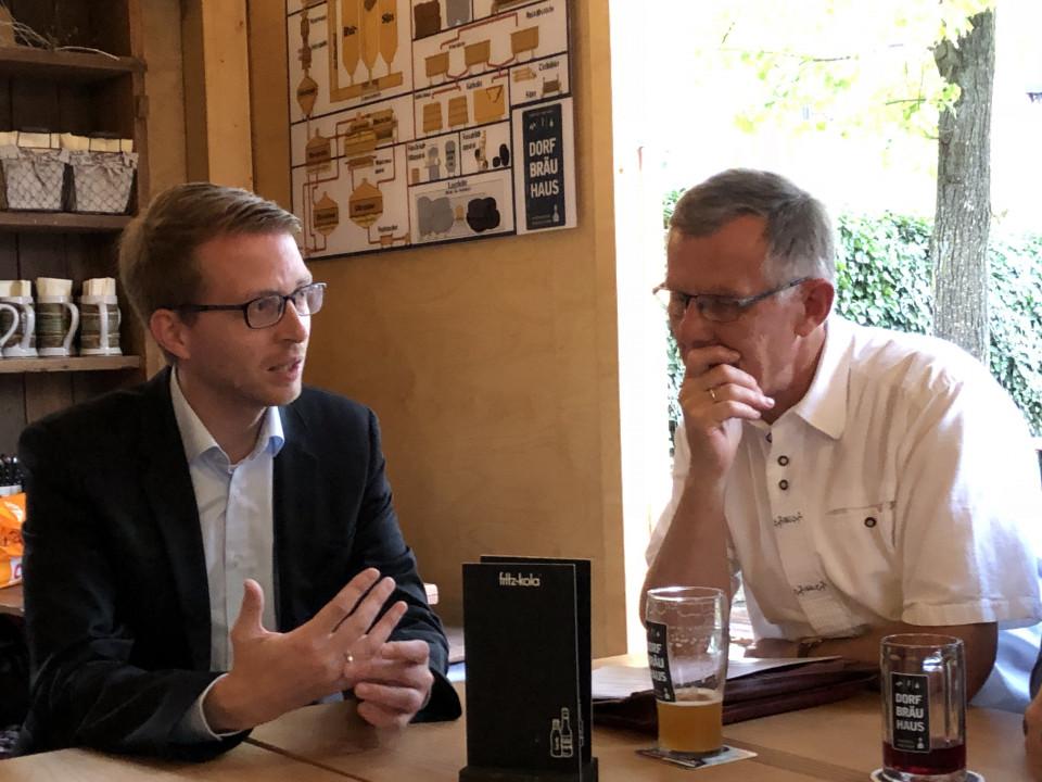 Stellte Wahlaussagen in Landenhausen vor: CDU-Landtagskandidat Michael Ruhl (links), mit CDU-Vorsitzendem Wolfgang Schleiter.