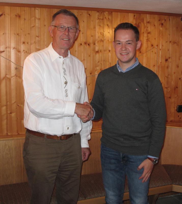 Der bisherige Fraktionsvorsitzende Wolfgang Schleiter gratuliert seinem Nachfolger Lukas Kaufmann (rechts) als Vorsitzendem der CDU-Fraktion in Wartenberg.