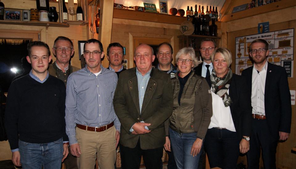 Der neue Vorstand in Wartenberg mit Lukas Kaufmann (v.l.), Wolfgang Schleiter, den weiteren Vorstandsmitgliedern, sowie der CDU-Kreisvorsitzende Dr. Jens Mischak (3.v.r.) und der Landtagsabgeordnete Michael Ruhl (rechts).