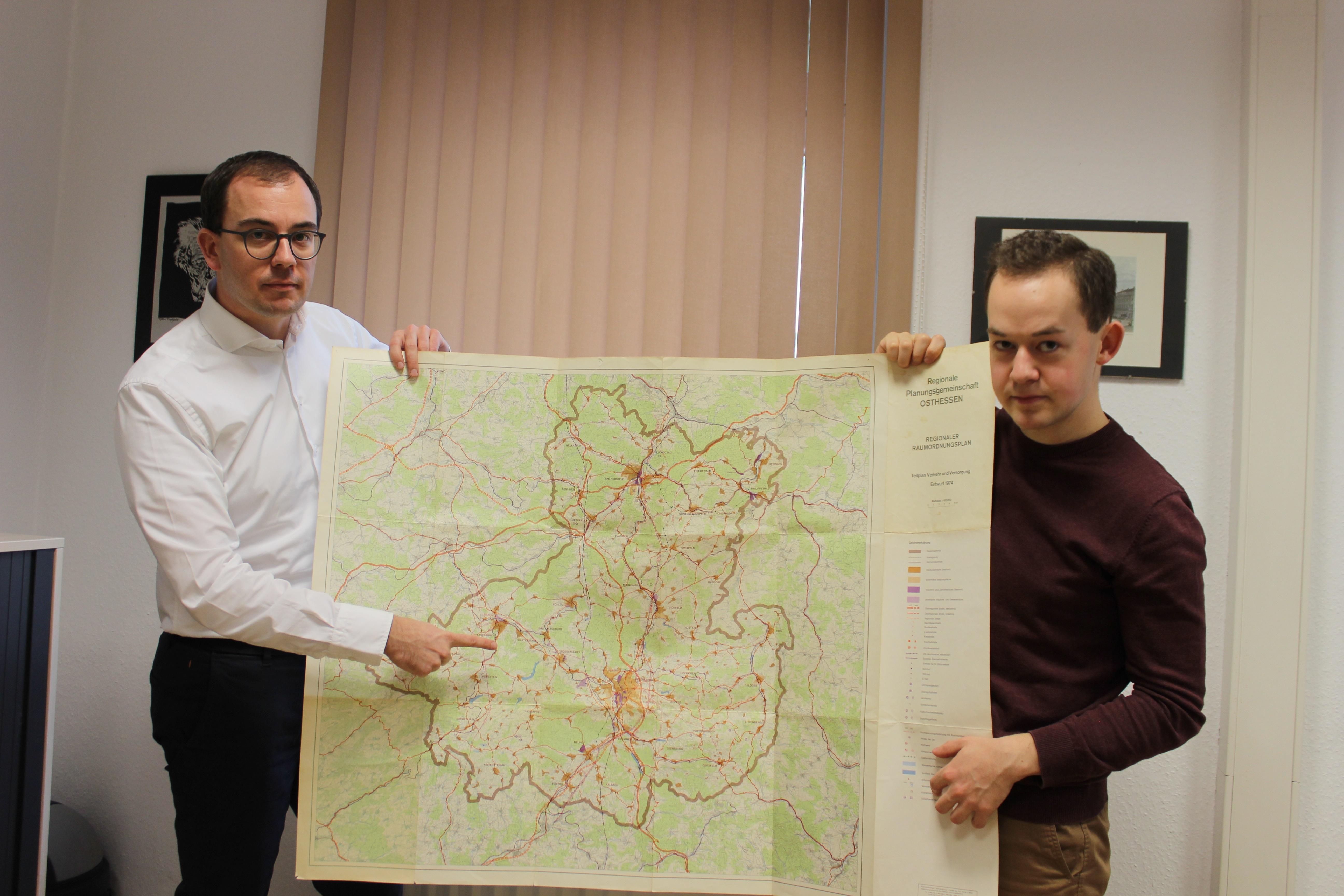 Weiteres Hindernis überwunden: Die Ortsumfahrung Lauterbach/Wartenberg wurde schon mindestens 1974 geplant, wie Felix Wohlfahrt (links) und Lukas Kaufmann (beide CDU) anhand eines damaligen Raumordnungsplanes erläutern.